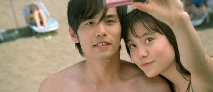 Takumi (Jay Chou) and Natsuki (Anne SUZUKI An) at the beach.